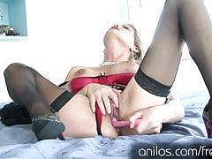 Super cougar déshabille sa lingerie et baise un gode