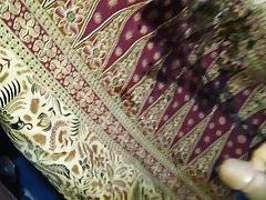 L'urina si è diffusa sul sarong della madre