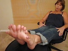 Milf gets a big cumshot on her sexy soles