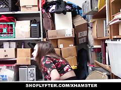 Shoplyfter - Slutty Teen trató de escapar se la follan en su lugar