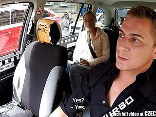 捷克金發女郎乘坐出租車司機在後座