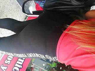 Voyeur Big Ass Latina video: Leggins, tanga visible.