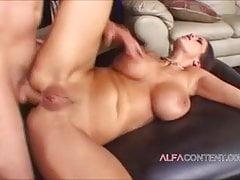 Une MILF aux seins énormes aime les branlettes espagnoles et le cul