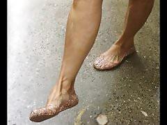 Offene reife Dame zeigt ihre Jellie-Schuhe