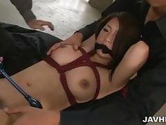 Gefesselt und geknebelt schlug Satomi Suzuki, als ihre Titten schwingen