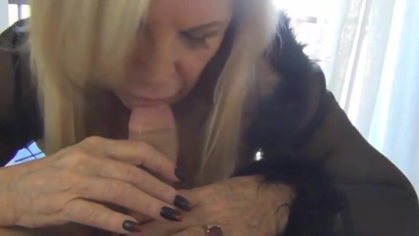 Видео онлайн мастурбирует и кончает