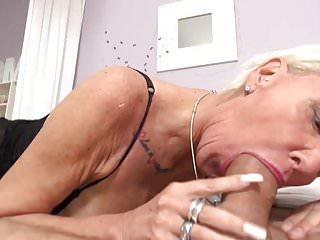 La bomba del sesso nonna scopa il segaiolo più giovane