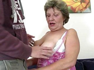 La vera nonna prende i giovani cazzi in bocca e nella figa