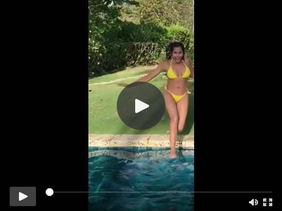 बिकनी में पद्मा लक्ष्मी पूल में कूदती हुई