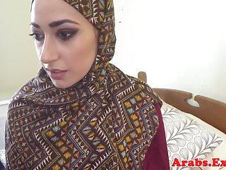 Una ragazza musulmana martellata ha spremuto in bocca