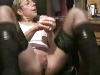 Mature woman on cam tries several toys...