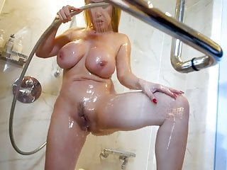 Kianna Dior-Shower & Pee