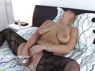 La ragazza con il seno grande fa fluire la figa e raggiunge l orgasmo