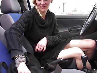 Deutsche Cracknutte besorgt es sich im Auto!