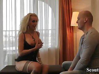 Prostituta tedesca con grandi tette scopa con uno sconosciuto in hotel