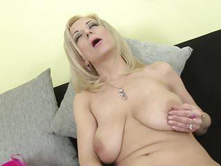 Elegante mamma matura con tette cadenti e fica affamata