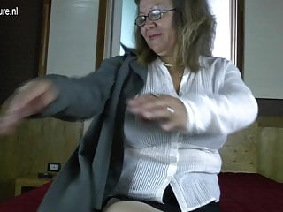 Classe nonna con grandi tette e vagina affamata