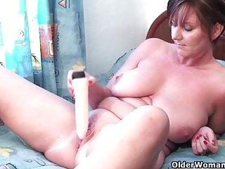 Granny Joy gioca con la sua collezione di dildo