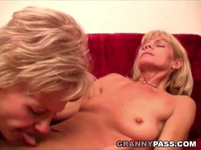 Biszex anyuka a saját lányával szexel