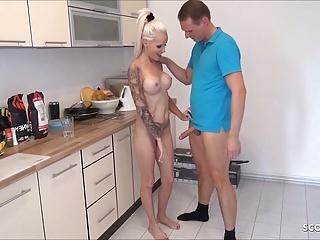 Muž vyjebe nevlastnú matku v kuchyni
