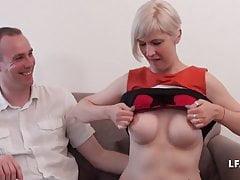 Casting couple avec MILF aux gros seins offerte par le mari