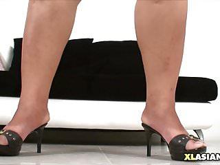 胖乎乎的亞洲搖晃她的柔軟的身體