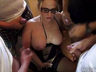Moglie circondata da ragazzi che si masturbano