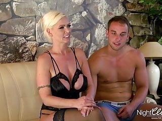 Den blonda tyska hemmafru och tv-mekaniker