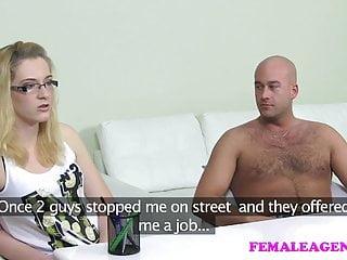 FemaleAgent MILF scopa il fidanzato di ragazze hot di fronte a lei