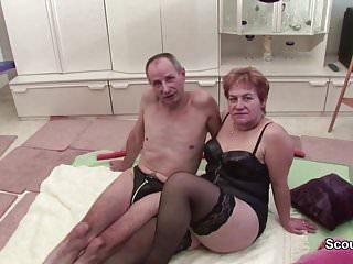 Oma und Opa ficken vor der Kamera und Nachbarin hi