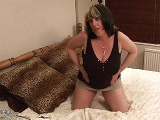 Mamma troia matura dai seni grandi che gioca con se stessa