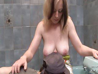 Procace mamma francese con culo grosso sbattuto duramente in bagno