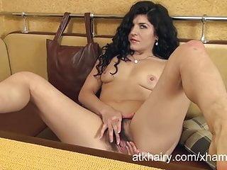 Markiza si masturba la figa pelosa in una cabina da tavolo