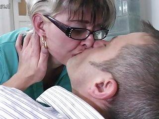 Mamma porca troia matura che scopa un ragazzo più giovane