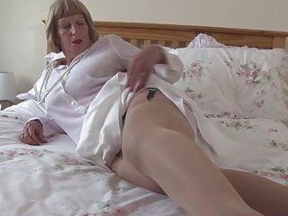 Nonna sexy con grandi tette e fica affamata