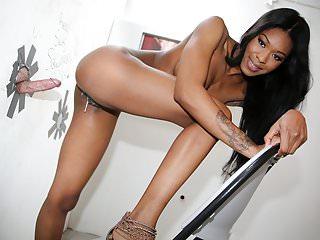 Ebony Nadia Jay ottiene Creampied Glory Hole