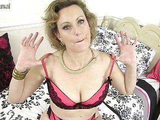 Elegante casalinga britannica che mostra le sue merci