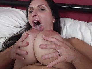 Madre matura con grandi tette cadenti e corpo caldo