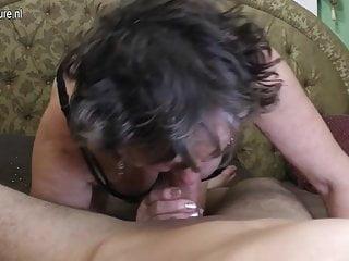 La nonna sporca viene scopata dal suo toyboy