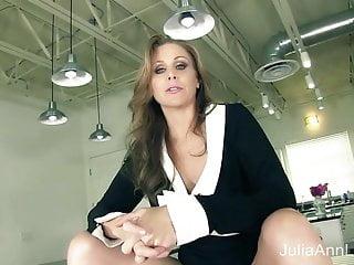 La milf Julia Ann ti dice di tirare fuori il tuo cazzo