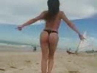 La diosa trans antonella camina por las arenas...