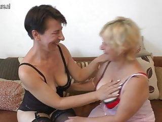 Due lesbiche mature che fanno cose sporche