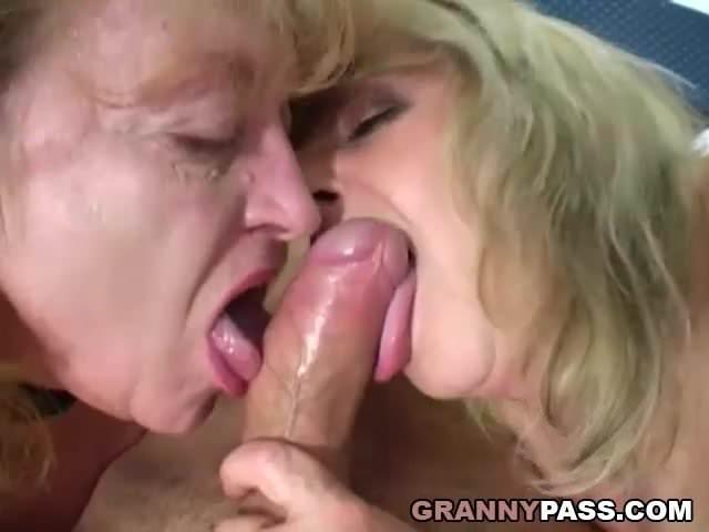 Nagymama és lánya együtt szexelt a fiúkkal