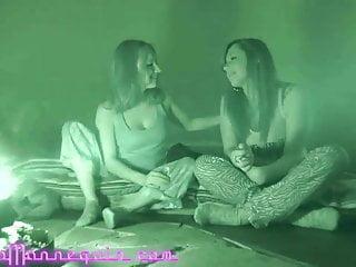 Due lesbiche amatoriali dai seni grandi scopano con le dita fino all'orgasmo