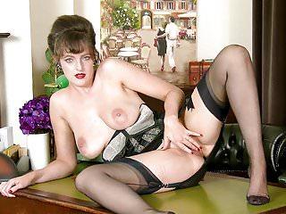 Calda mora tettona naturale si masturba in lingerie di nylon vintage