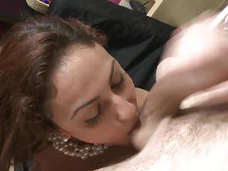 Mamme eleganti succhiano e scopano giovani cazzi