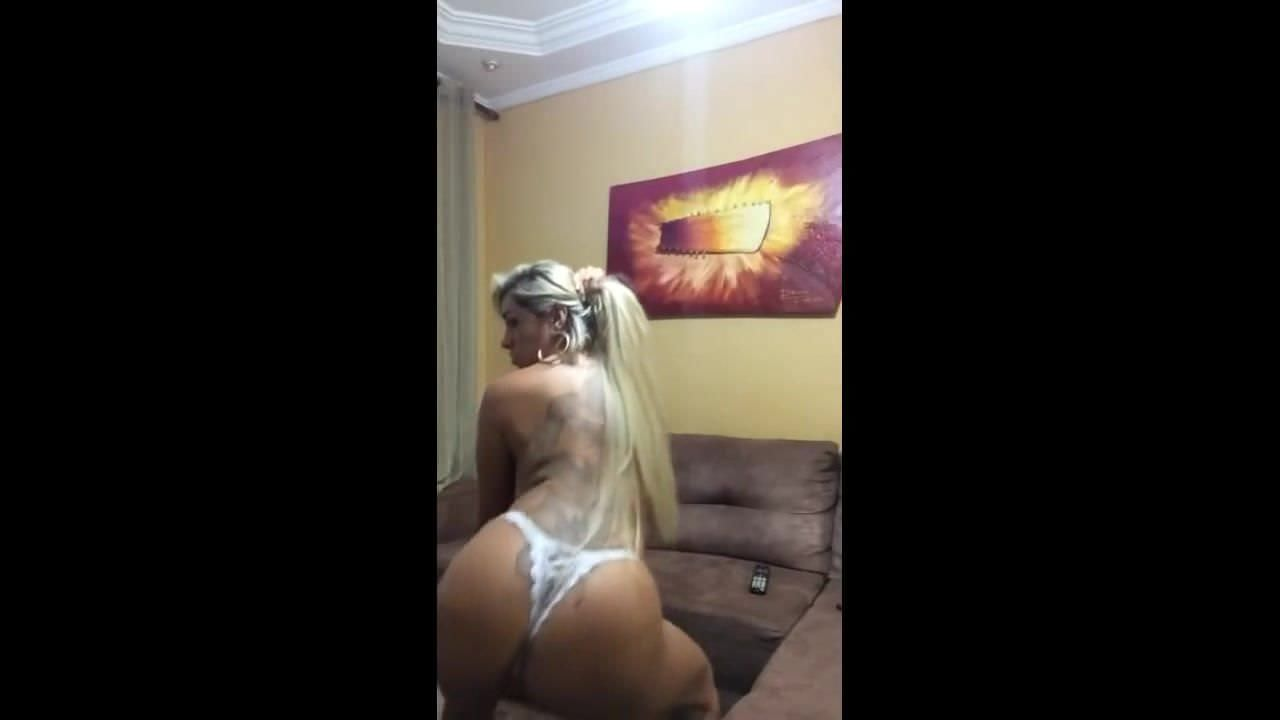 Blondă sexy și tatuată
