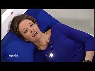 Anna Planken legt sich aufs Bett