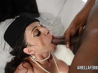 Ariella Ferrera si mette in mostra e poi scopa un enorme cazzo nero