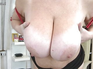 Mamma tettona amatoriale con vagina affamata